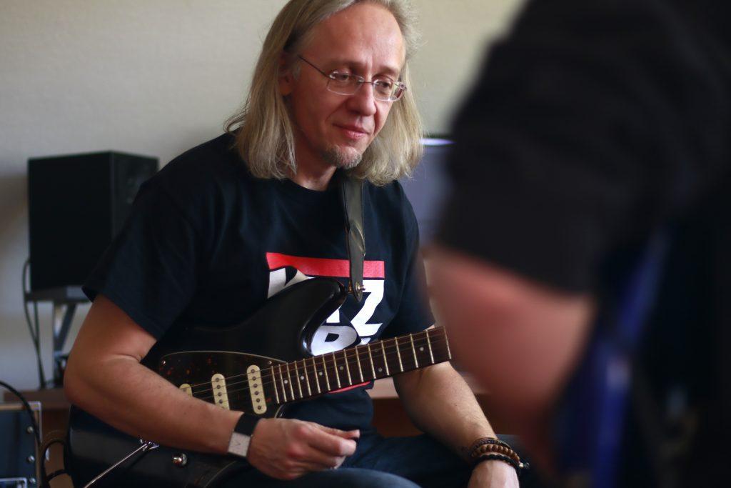 Andreas Wildenhain gibt einen Gitarren Workshop